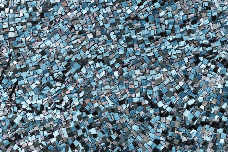 Mozaïek op de muur met fragmenten van blauwe kleuren Abstracte kleurrijke achtergronden retro oldage toneel royalty-vrije stock foto