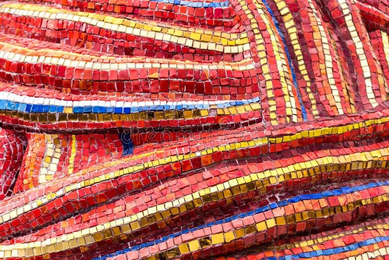 Mozaïek op de muur met fragmenten van blauwe, rode, gele, witte, gouden kleuren met stukken Abstracte kleurige achtergronden stock afbeelding