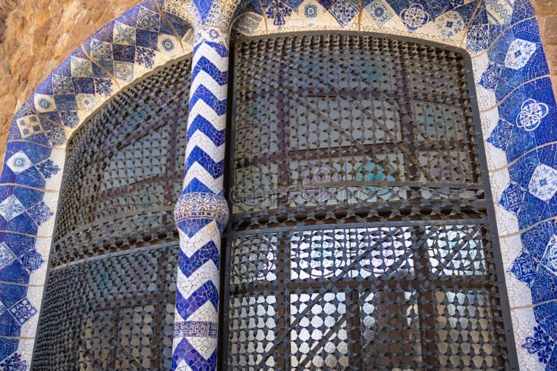 Mozaïek windown detail in Parkgã ¼ el, Barcelona, Spanje stock afbeelding