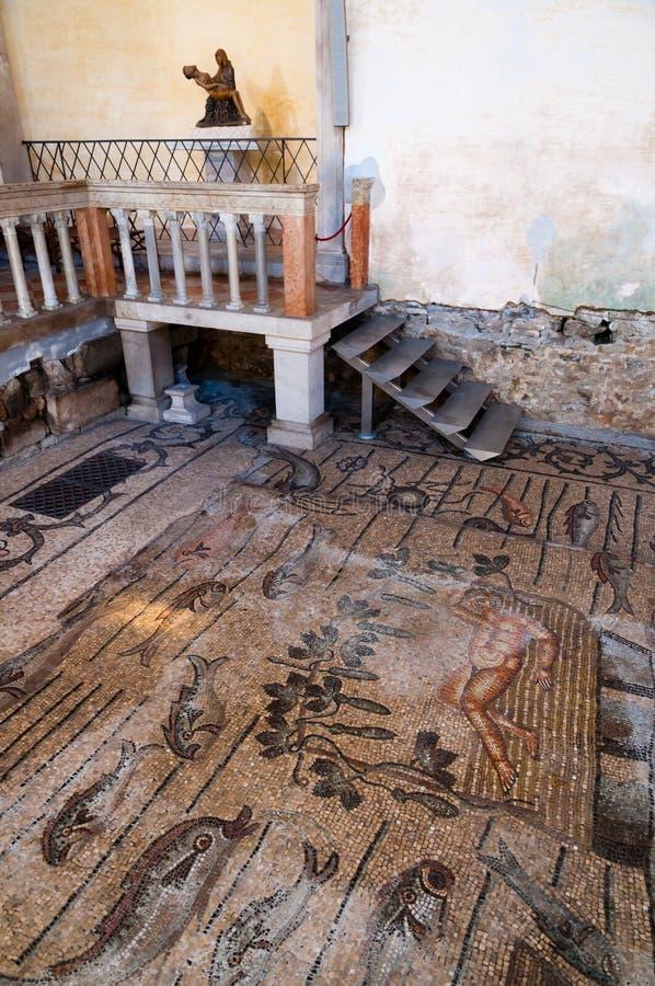 Mozaïeken en standbeeld binnen Basilica Di Aquileia royalty-vrije stock afbeeldingen