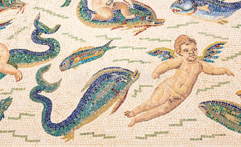 Mozaïekengel en vissen bij Louvrelens, Franceh stock afbeelding