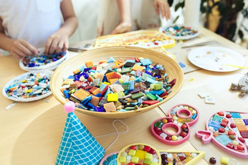 Mozaiki łamigłówki sztuka dla dzieciaków, dziecka ` s kreatywnie gra dwa siostry bawić się mozaikę obrazy stock