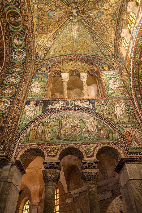 Mozaiki dekoracja w bazylice San Vitale w Ravenna, Włochy lewej stronie - obrazy royalty free