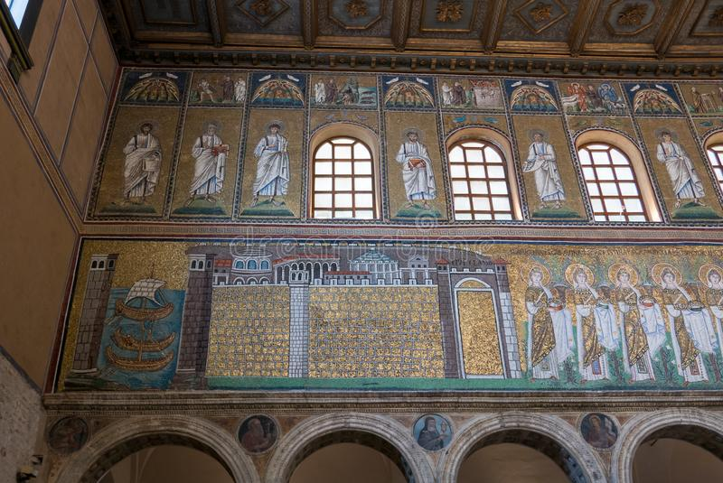 Mozaiki na lewej strony ?cianie nave bazylika Sant Apollinare Nuovo w Ravenna W?ochy fotografia stock