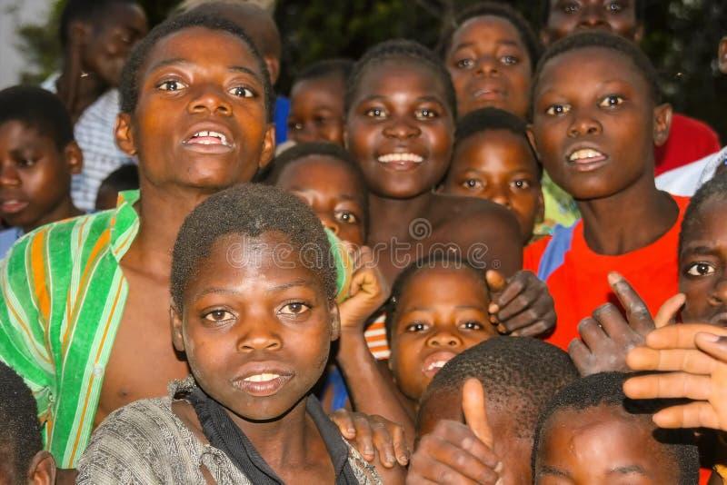 MOZAMBIK, LISTOPAD 6: chłopiec zdumiewający przód kamera Listopad 6, 2007, Mozambik zdjęcie royalty free