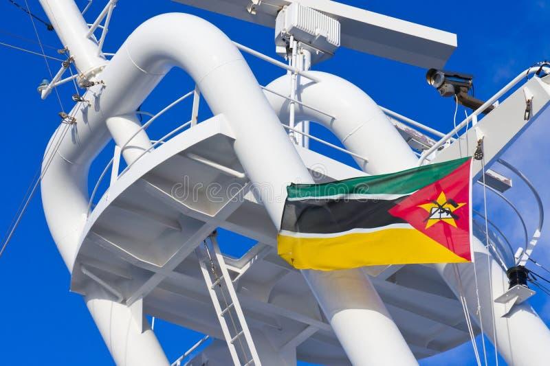 Mozambiquan旗子飞行 免版税库存照片