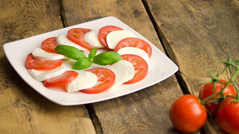 Mozarella met tomaten en basilicum royalty-vrije stock afbeelding