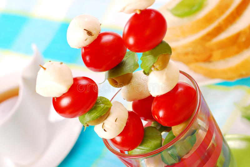 Mozarella, tomaten en olijven shashlik royalty-vrije stock afbeeldingen