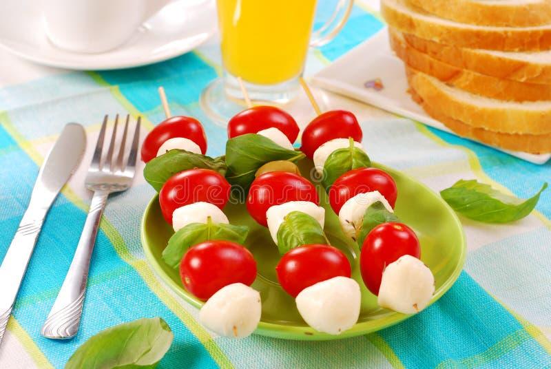 Mozarella, tomaten en olijven shashlik royalty-vrije stock foto's