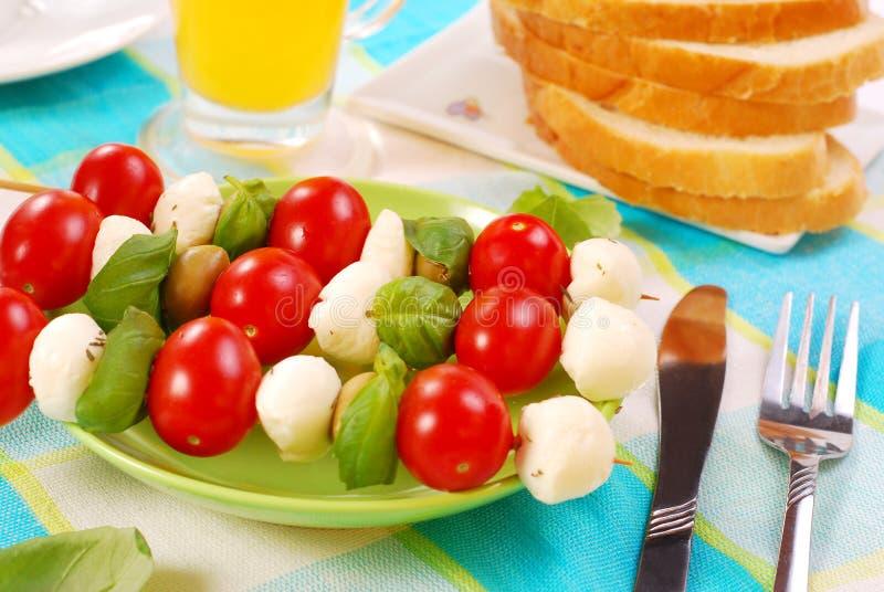 Mozarella, tomaten en olijven shashlik stock foto's