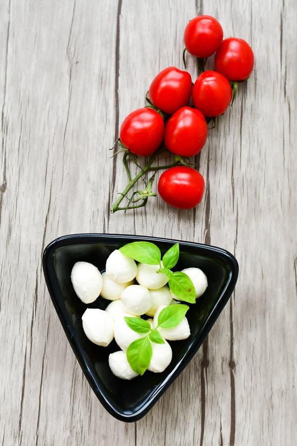 Mozarellakaas en Cherry Tomatoes royalty-vrije stock afbeeldingen