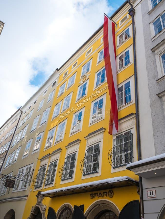 Mozart födelseort i snö för säsong för salzburg Österrike flaggavinter arkivbild