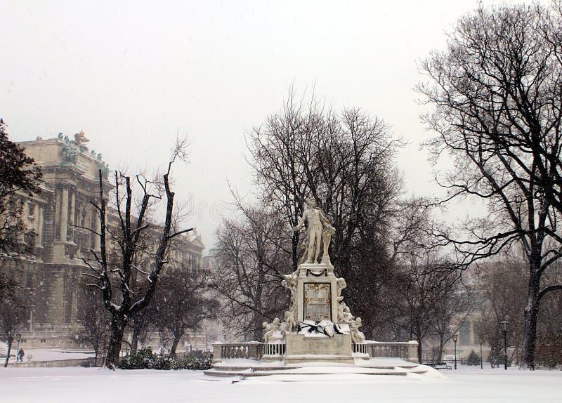 Mozart Statue av museet av etnologi i parkerar framme Burggarten royaltyfria bilder