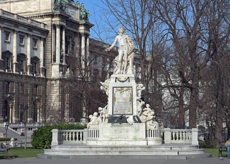 Mozart Statue framme av museet av etnologi parkerar in Burggarten Österrike vienna royaltyfria bilder