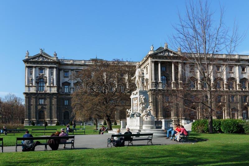 Mozart Statue och museum av etnologi i Burggarten Österrike vienna royaltyfria bilder