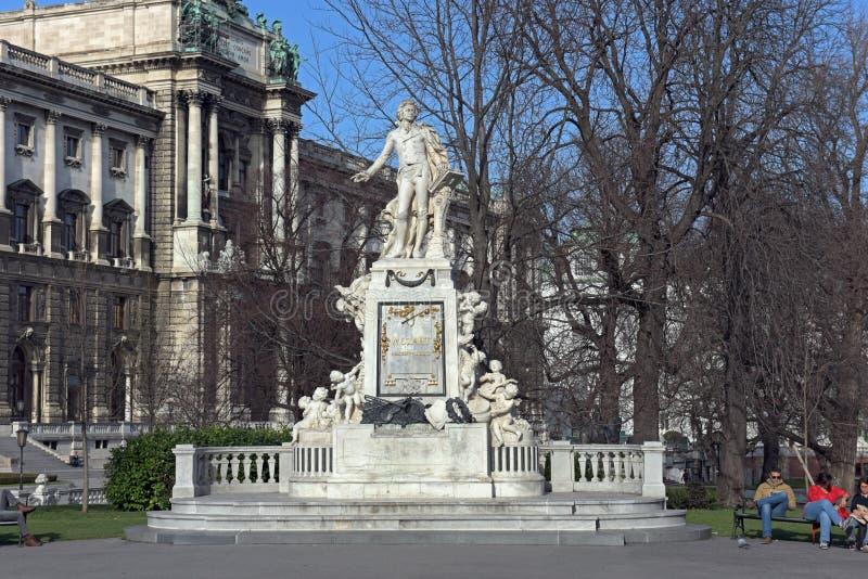 Mozart Statue och museum av etnologi i Burggarten Österrike vienna fotografering för bildbyråer