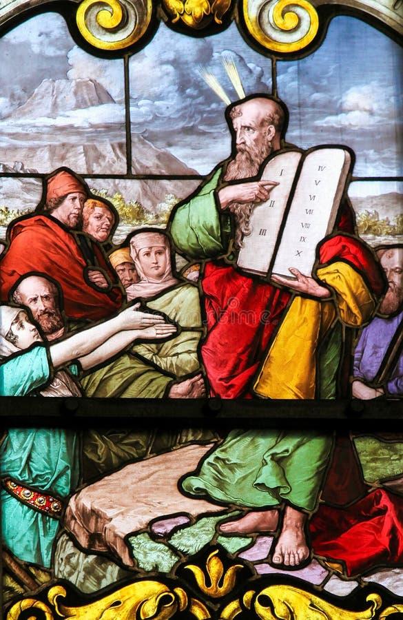 Mozes en de Gedenkstenen - Gebrandschilderd glas stock afbeeldingen