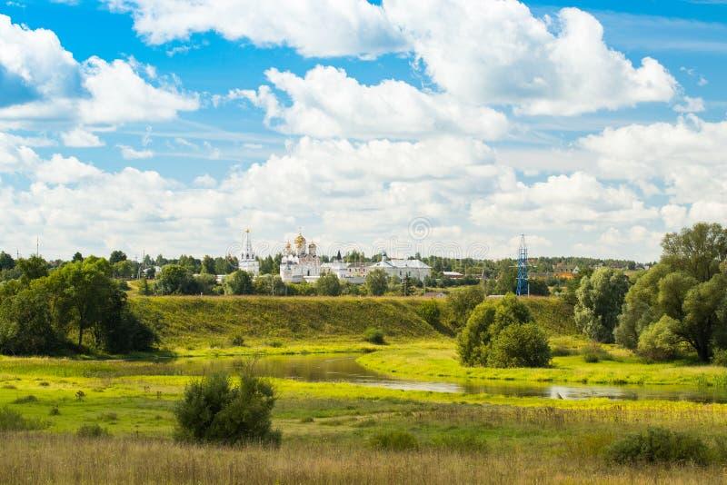 Mozhaysk, Rússia Paisagem cênico bonita de Luzhetsky Monast imagens de stock