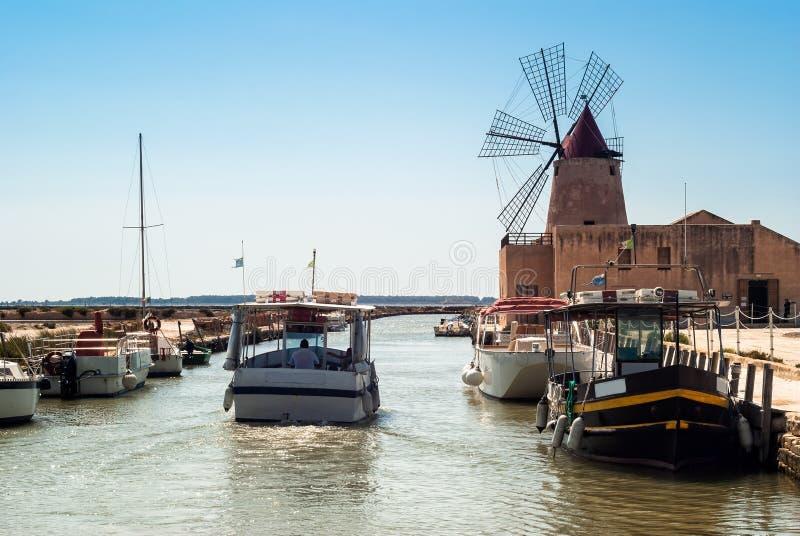 Mozia zoute vlakten en een oude windmolen in Marsala, Sicilië royalty-vrije stock foto's