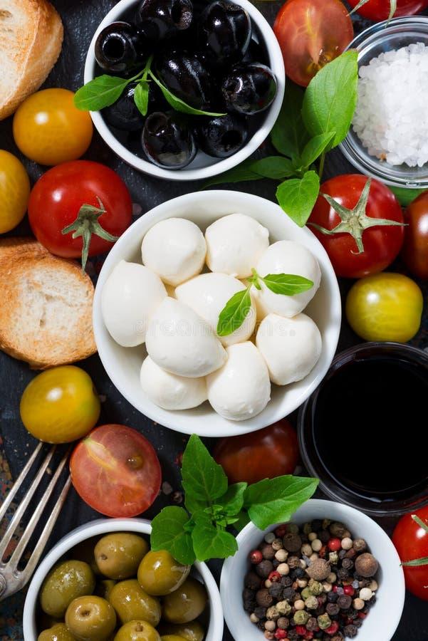 mozzarella, świezi składniki dla sałatki i chleb pionowo, zdjęcia royalty free