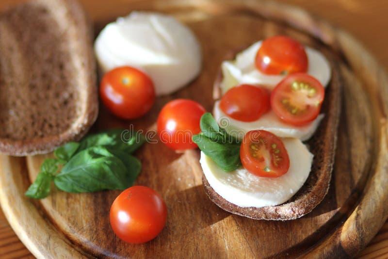 Mozzarella-Brot lizenzfreie stockbilder