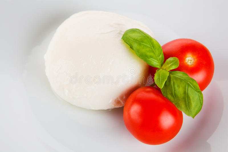 Mozzarella con los tomates y la albahaca foto de archivo libre de regalías