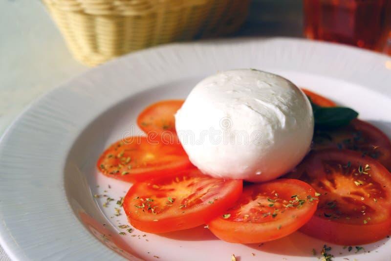 Mozzarella di bufala et tomates images libres de droits