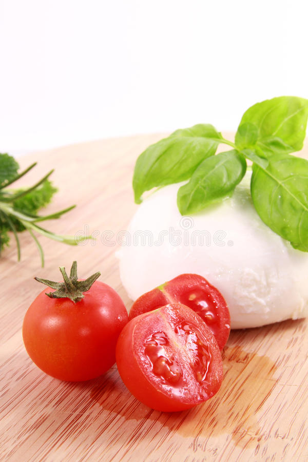 Mozzarella e basilico dei pomodori fotografie stock