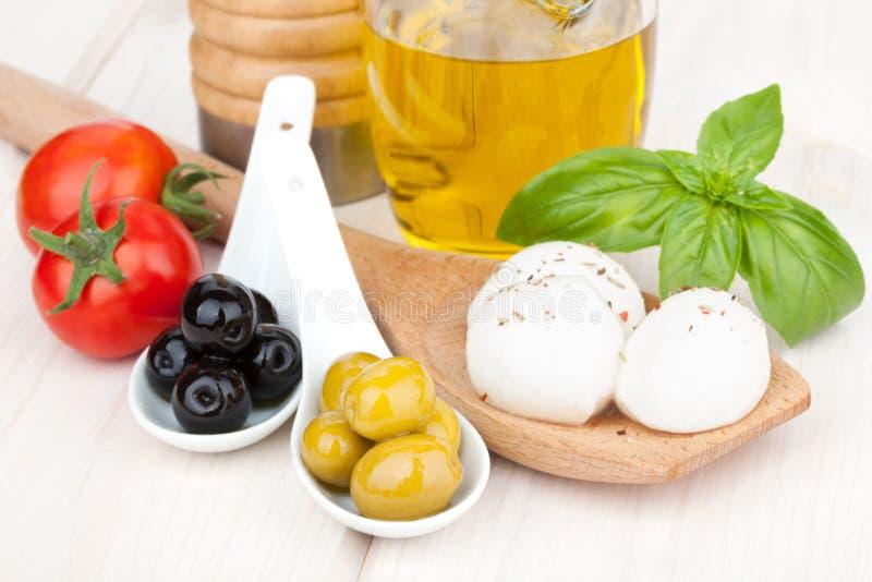 Mozzarella, Oliven, Tomaten und Basilikum stockbilder