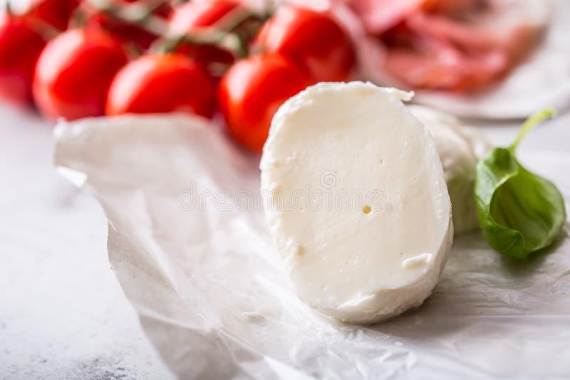 Mozzarella oliwek oliwa z oliwek pomidorów prosciutto serowy basil opuszcza składnika włocha lub śródziemnomorską kuchnię - zdjęcia royalty free