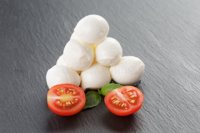 Download Mozzarella Piłki Z Pomidorami I Basilem Zdjęcie Stock - Obraz złożonej z świeży, nikt: 57666186