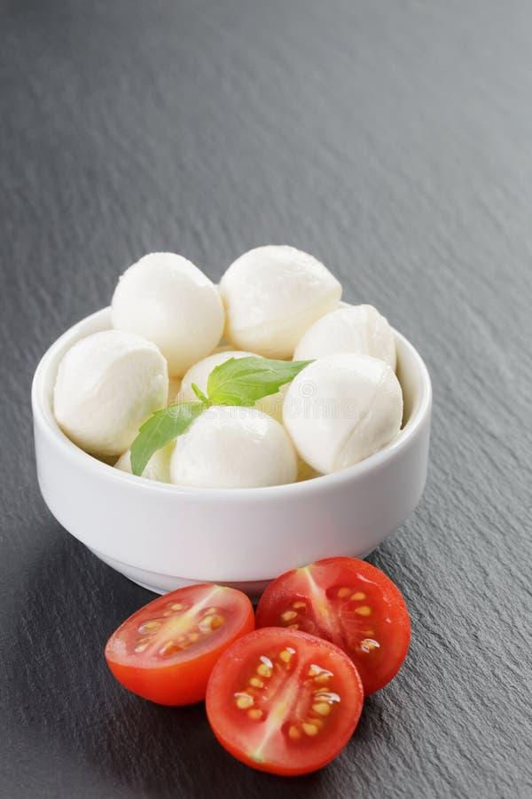 Download Mozzarella Piłki Z Pomidorami I Basilem Obraz Stock - Obraz złożonej z zakąska, talerz: 57666217