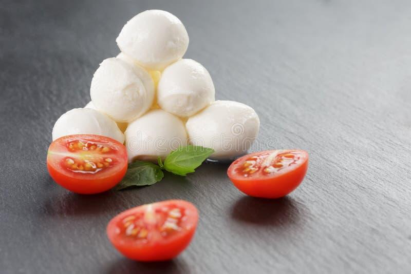 Download Mozzarella Piłki Z Pomidorami I Basilem Obraz Stock - Obraz złożonej z zakąska, jedzenie: 57666333