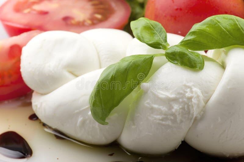 Mozzarella pomidory i świeża sałatka zdjęcia stock