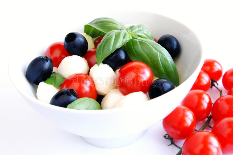 Mozzarella, schwarze Oliven und Tomatesalat lizenzfreies stockfoto