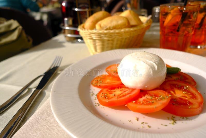 Mozzarella, tomates, temps ensoleillé photo stock