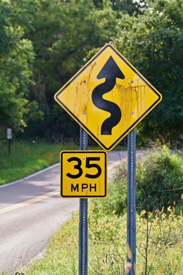 35mph bochtige verkeersteken stock afbeeldingen