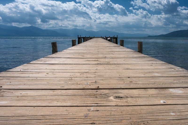 Mpty houten pier op de meerkust stock afbeelding