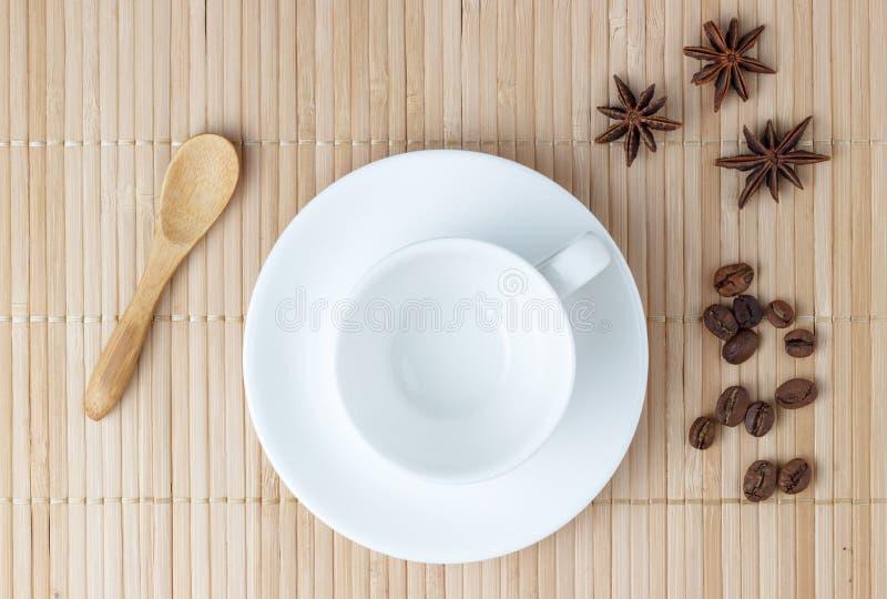 ? mpty kop van koffie op lijst royalty-vrije stock afbeelding