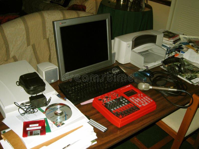 MR-8 avec l'ordinateur de bureau et l'imprimante image stock