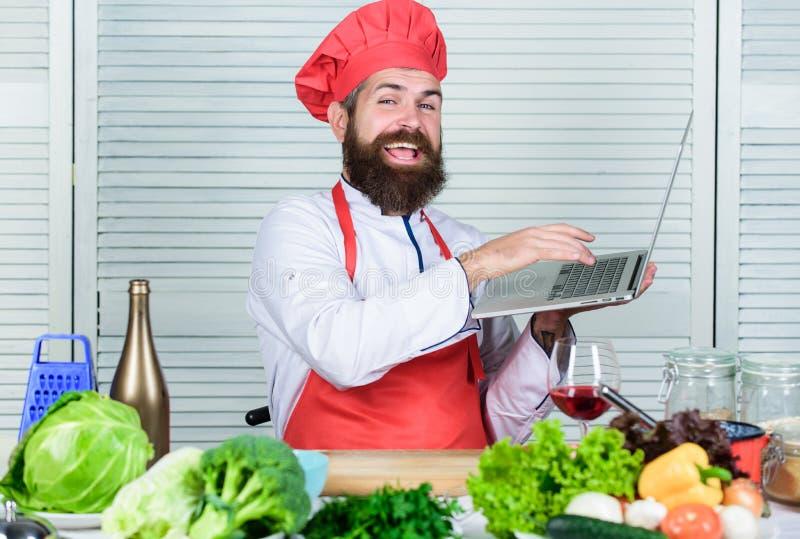 Mr. Expertise culinair Cuisine Vitamine Blij baard man chef-recept Gezonde voedselbereiding Matuur hipster met stock foto's