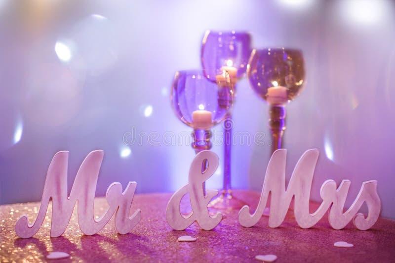 Mr & Mrs z Purpurowymi czara świeczki właścicielami fotografia royalty free