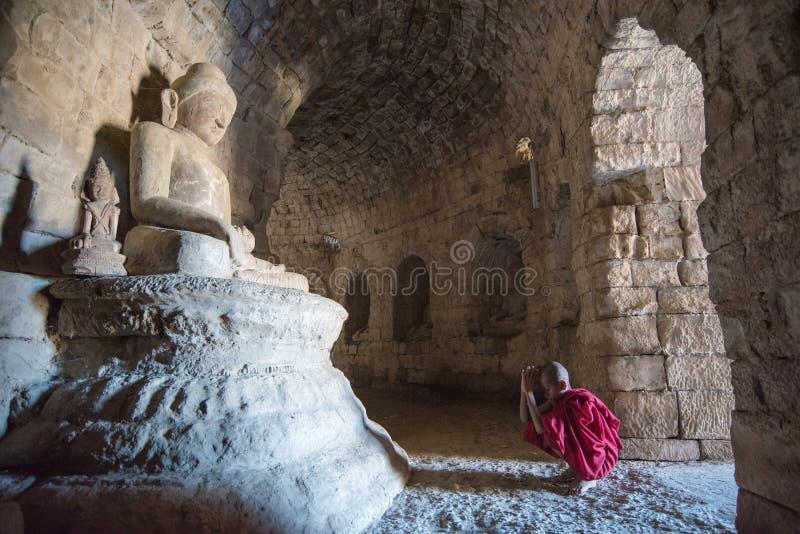 Mrauk U, MYANMAR - DEC 13, 2014: Młody neofita modlenie w Bu obraz royalty free
