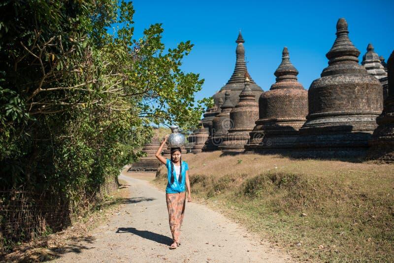 Mrauk U, MYANMAR - DEC 13, 2014: szczęśliwy azjatykci tradycyjny żniwo zdjęcia royalty free