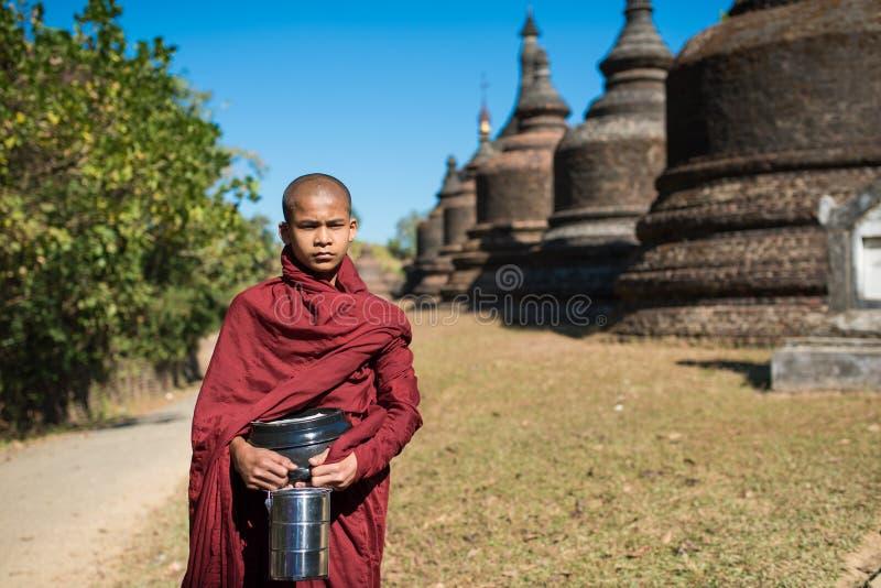 Mrauk U, MYANMAR - 13. Dezember 2014: Neophyt, der in ein Buddihist geht stockfotografie