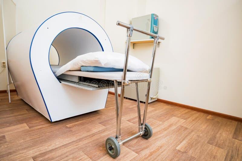 MRI-machine voor magnetic resonance imaging in het ziekenhuisradiologie stock fotografie