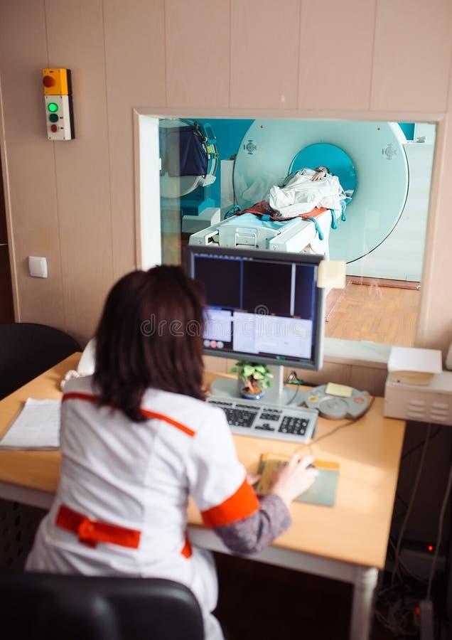 Mri maskin och sk?rmar med doktorn och sjuksk?terskan royaltyfria bilder