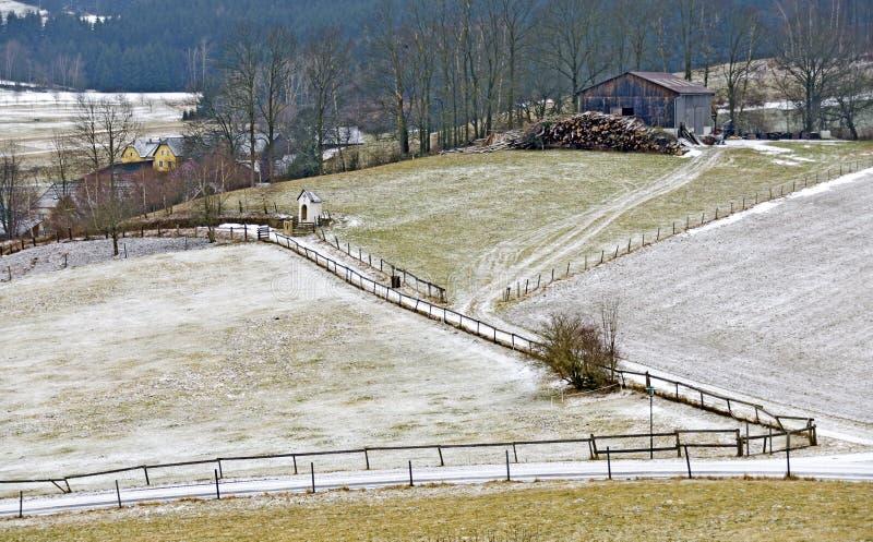 Mroźna wieś z łąkami i kraj ścieżkami zdjęcie stock