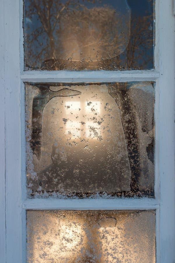 Mroźny okno przy chałupą zdjęcie royalty free