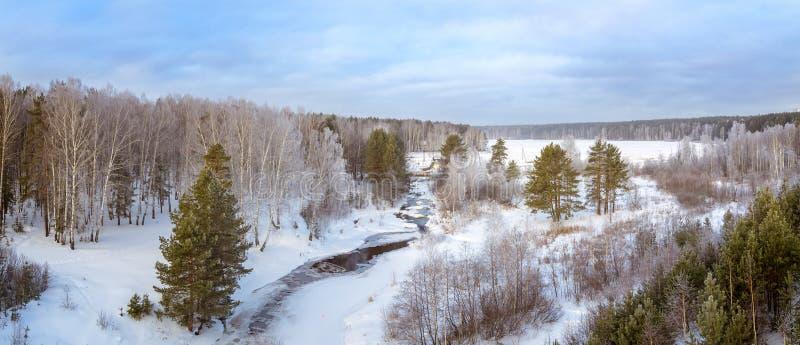 Mroźny ranek w wiośnie w Urals lasowych z zamarzniętą rzeką, Rosja obrazy stock